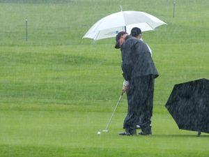 Golfer im Regen