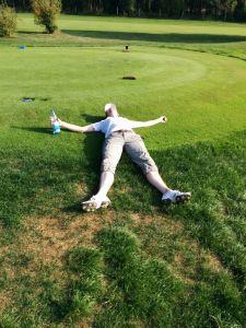Golfer liegt am Abschlag